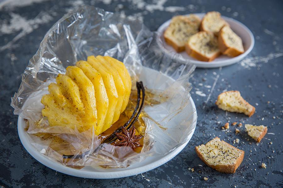 Ananas au rhum vanillé, mini cakes au citron et pavot