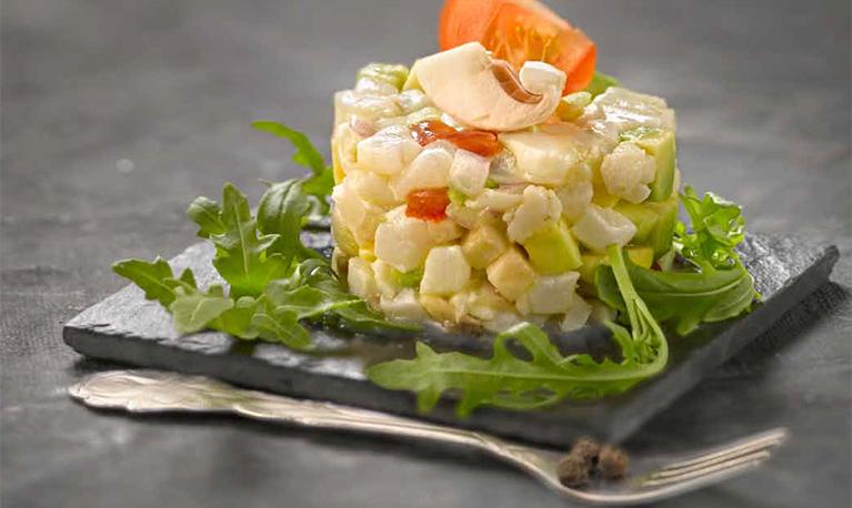 Timbale de poisson cru, petits légumes façon tartare